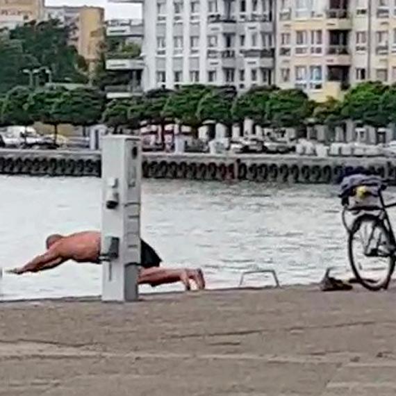 Nieodpowiedzialny 55-latek wskoczył do kanału portowego. Na brzeg dotarł w asyście policjantów. Zobacz film!