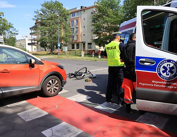 Samochód zderzył się z rowerzystką. Poszkodowana została odwieziona do szpitala