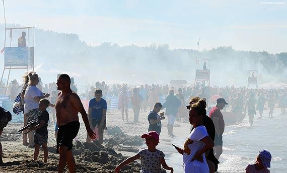 Plaża i promenada na baczność. Tysiące ludzi oddały hołd bohaterom Powstania Warszawskiego
