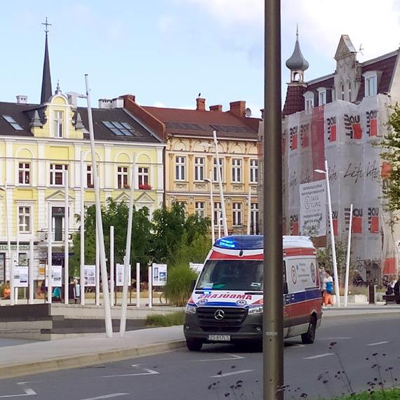 W samo południe pijany mężczyzna leżał w centrum miasta