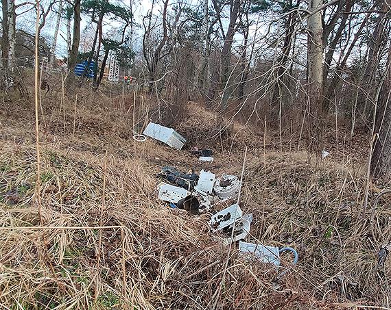 """Śmieci gabarytowe """"rozlewają się"""" po lasach i osiedlach"""