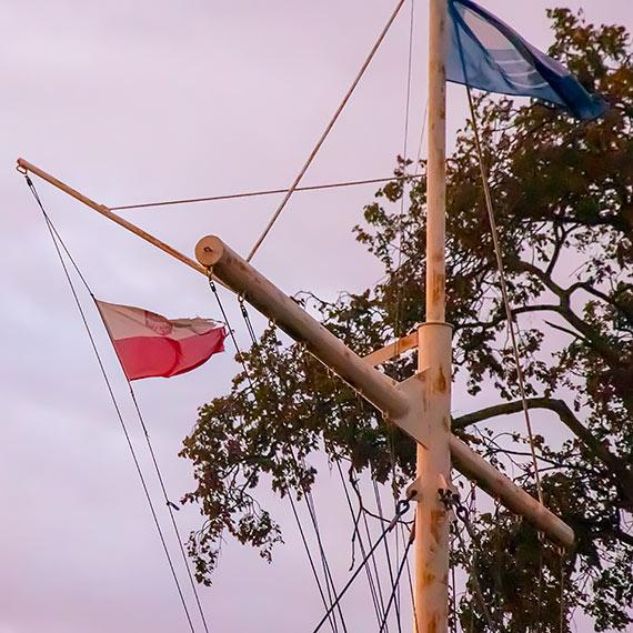 Podarta bandera wciąż powiewa