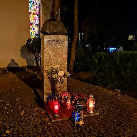Polacy wciąż pamiętają o Janie Pawle II. W sobotę, w rocznicę pamiętnego konklawe także pod świnoujskim popiersiem JP II zapłonęły znicze